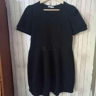 🚚 全新現貨 百貨專櫃 優雅黑 腰間精緻玫瑰裝飾 短袖顯瘦洋裝
