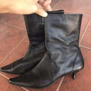Le Saunda boots
