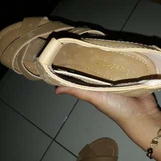 Sepatu sandal laviolla
