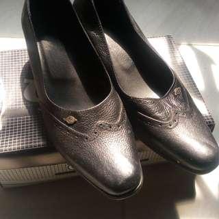 Sepatu pantofel baru