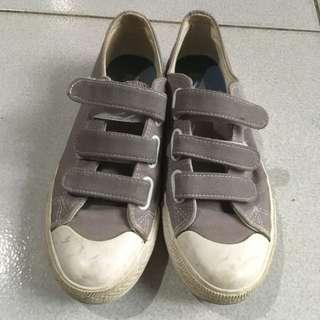 灰色魔鬼氈帆布鞋