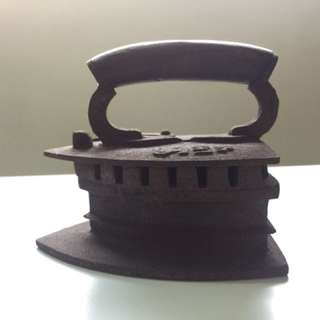 North Indian/Nepal cast charcoal iron , strictly original 1940modal. Base length:23cm . Width: 19cm