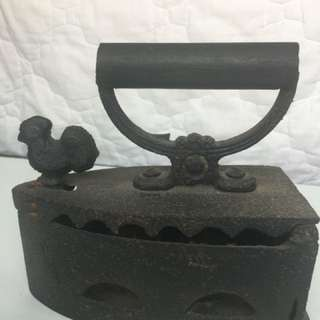 North Indian/ Nepal cast iron with rooster latch . Base length : 21cm width: 10.5cm