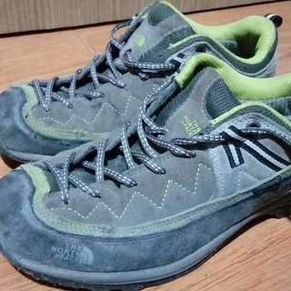 sepatu sport gunung the north face