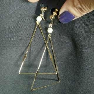 NG全新品幾何三角形搭氣質珍珠線圈夾式耳環~金色