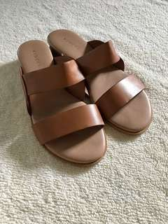 Vincci slip-ons in tan