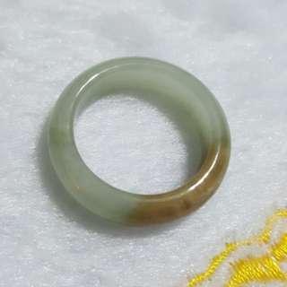 天然緬甸玉a貨蘋果綠帶黃細版戒指內徑18/寬6mm.可串繩子佩戴(內有天然石紋)