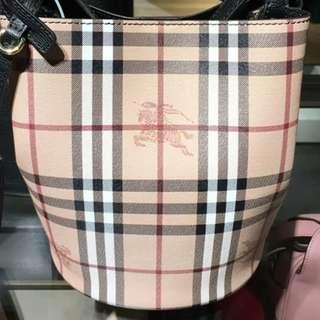 最新款Burberry 真皮格仔水桶包