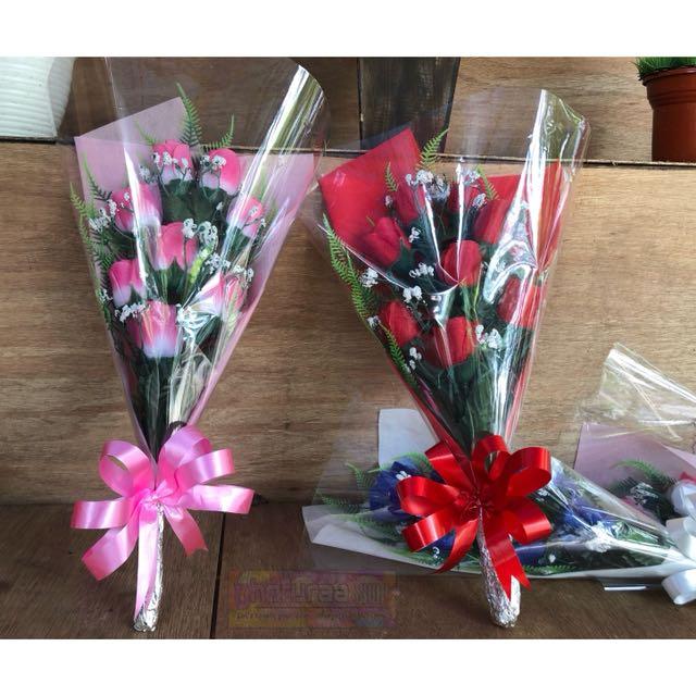 Bunga Mawar Buket Dan Kartu Ucapan Warna Merah Pink Putih Biru Kuning Plastik Artificial Looking For On Carou