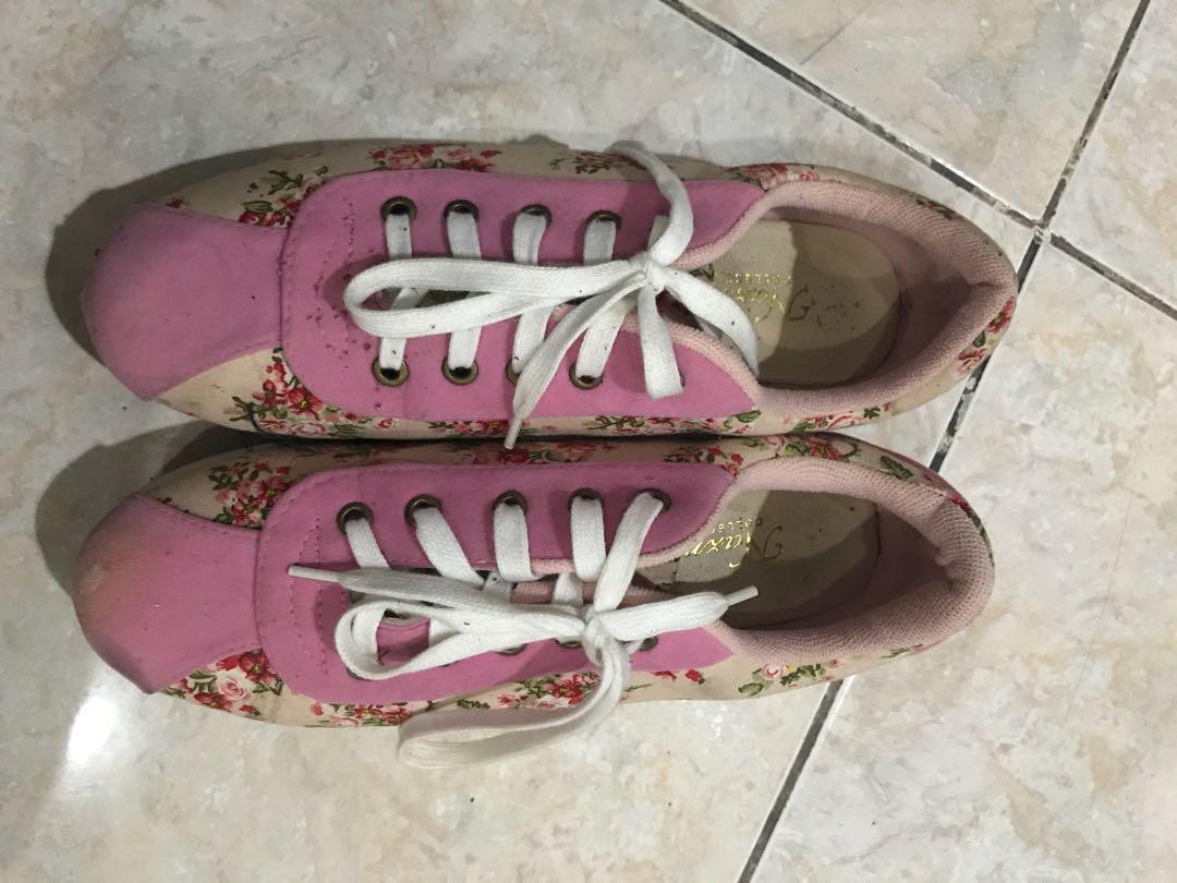 Sepatu main / sepatu kets / sepatu tali