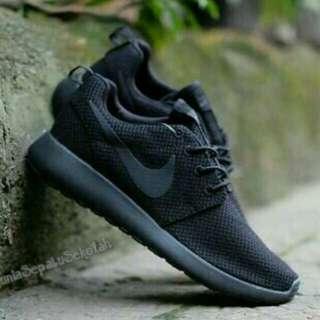 Sepatu kets nike black rosherun