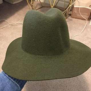 BNWT aritzia hat