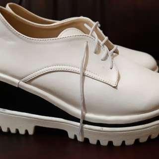 Sepatu wedges putih hitam