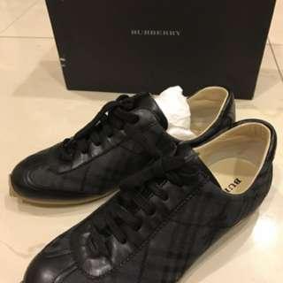 🚚 專櫃真品Burberry黑色格紋戰馬平底休閒鞋