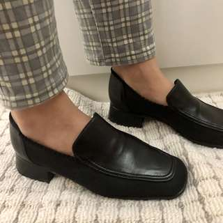 Vintage low-heel black loafers