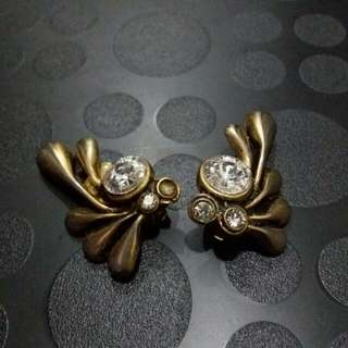 Anting sayap zircon