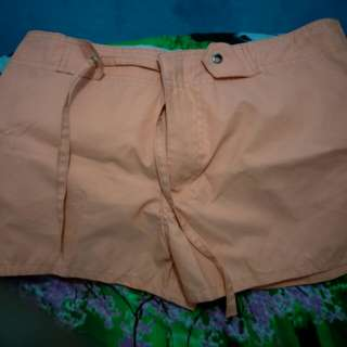 Celana pendek wanita warna peach