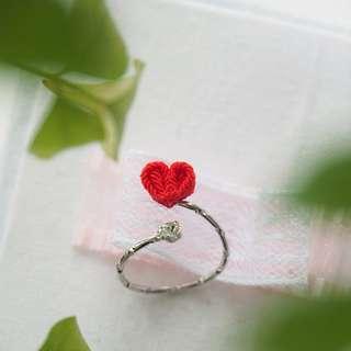 【好好愛自己】紅愛心水晶可調節戒指 つまみ細工: 日系和風手工布花