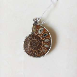 Silver pendant with ammolite