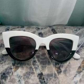Monochrome eyeglasses ( kacamata )
