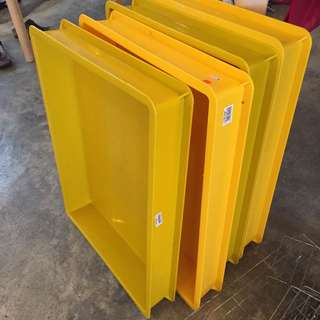Yellow plastic trays (4pcs)