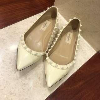 Valentino白色限量窩釘平底鞋