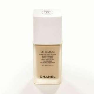 chanel le blanc light revealing whitening fluid foundation spf 30 / PA+++