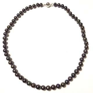 7-6mm淡水珍珠頸鏈,長43cm,天然淡水珍珠,染黑色,黑中帶啡,珠面80%以上光滑,配金钃扣一個。