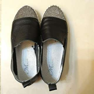 黑色厚底休閒鞋