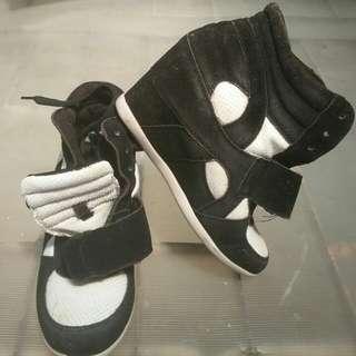 Boot hitam putih