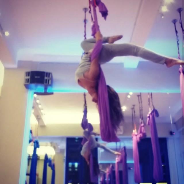 空中瑜珈班 aerial yoga class