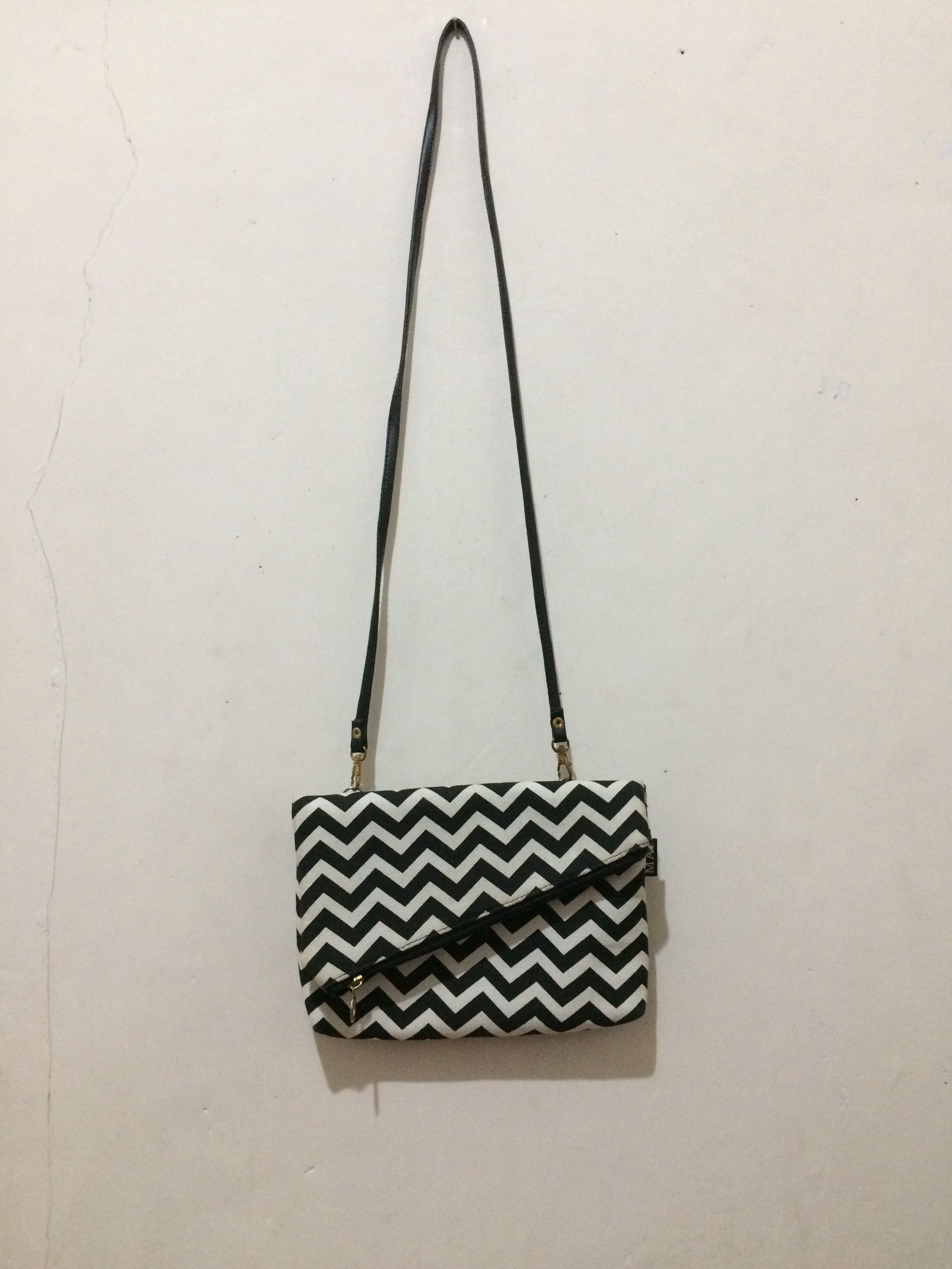 sling bag monochrome