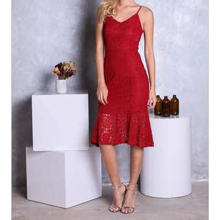 TESS LACE MERMAID MIDI DRESS IN CRIMSON