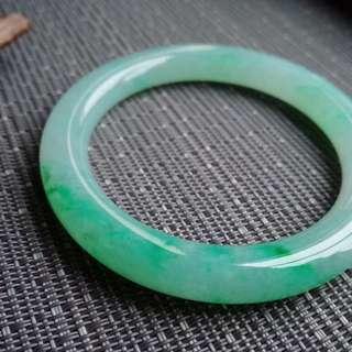 56圈口56.5*8.9*9.5mm特惠。冰糯種飄陽綠圓條手鐲,完美無紋裂,編號0193