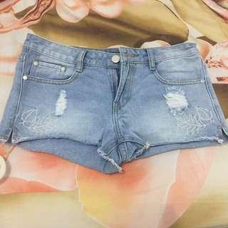 Celana pendek bermerek