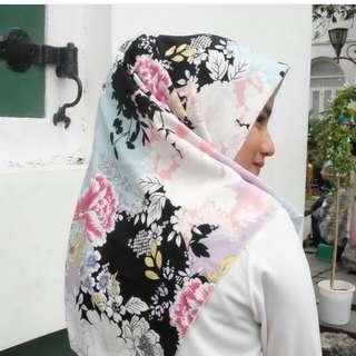 Hijab segi empat motif