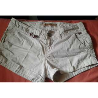 Hot Pants Stradivarius (celana pendek)