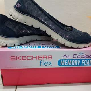 SKECHERS FLEX with Air-cooled memory foam.