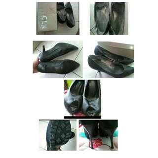 2 pairs of heels Php 250