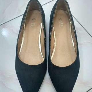 Sepatu hak item