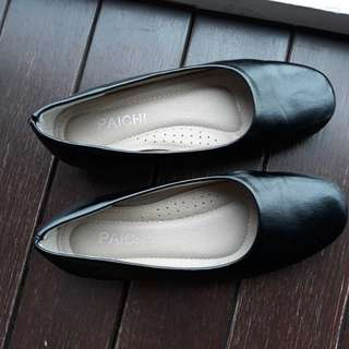 Black court shoes for size 6