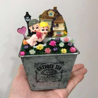 ❤️Loving Young Wedding Couple Carrying Bride Cottage House Lamp Post Frozen Flowers Cute Terrarium Deco Antique Tin Square Pot