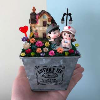❤️Loving Young Army Sweet Couple Bungalow Cottage House Love Frozen Flowers Cute Terrarium Deco Antique Tin Square Pot