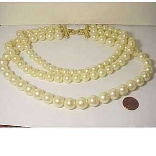 "Rare GIVENCHY Jewellery 老式人造珍珠頸鍊(法國名牌 纪梵希) VINTAGE GIVENCHY 3 STRAND LUSTROUS CREAMY WHITE LUCITE PEARL (Imitation)BEADED NECKLACE 21"",EACH STRAND IS GRADUATED IN LENGTH AND SIZE。"
