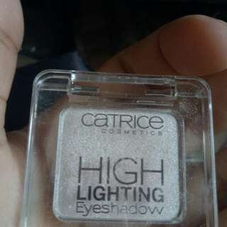 Shimmering eyeshadow/highlighter