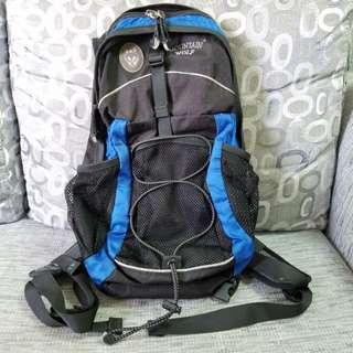 Mountain Wolf unisex backbag 背囊 (8成新,黑/藍色) 100% Real
