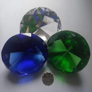 水晶 石(透明 藍 綠)。每個:200元; 三個: 500元。