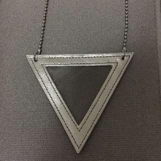 🚚 近全新三角造型皮革項鍊