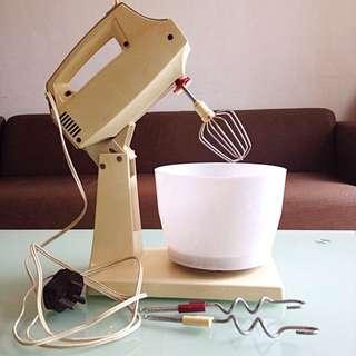 Beautiful Vintage Collectible Cake Mixer