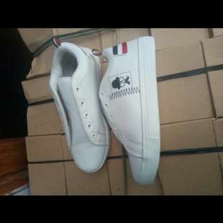 Sneaker Putih Kumis